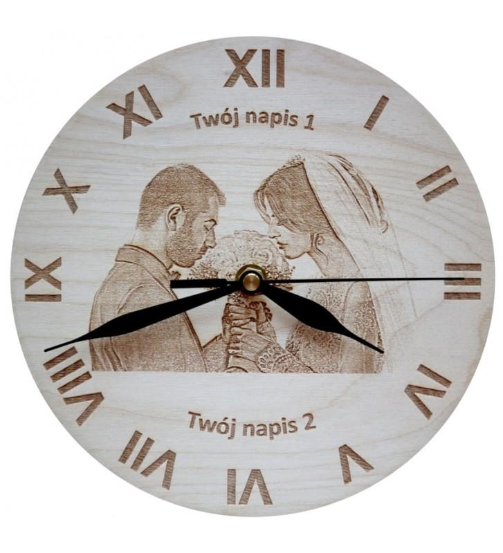 Drewniany zegar ścienny z własnym zdjęciem oraz tekstem grawer