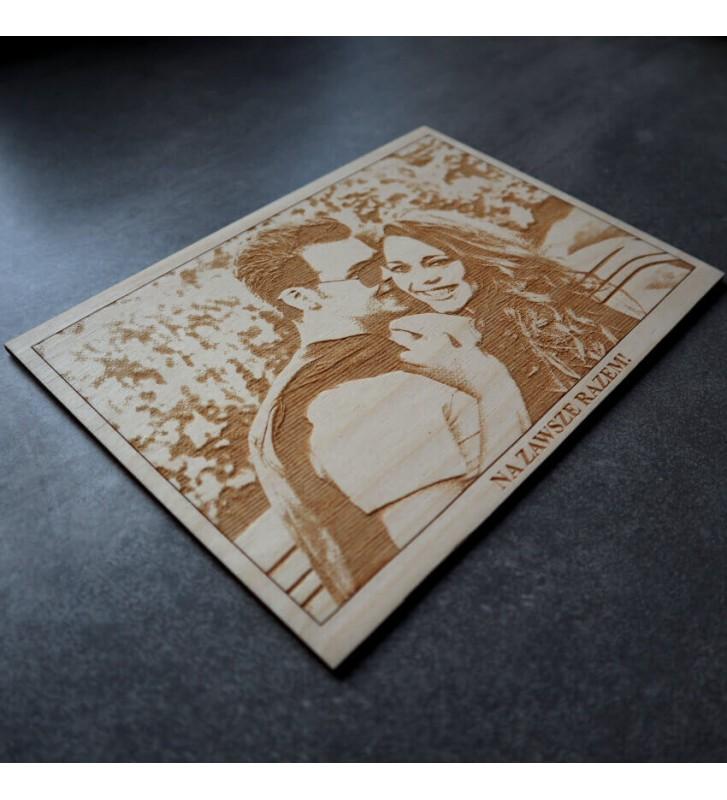 portret ze zdjęcia obraz grawerowany na drewnie